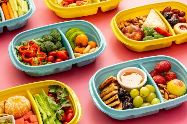 Układanie zapakowanej żywności pod dużym kątem