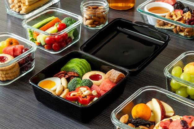 Układanie zapakowanej żywności pod wysokim kątem