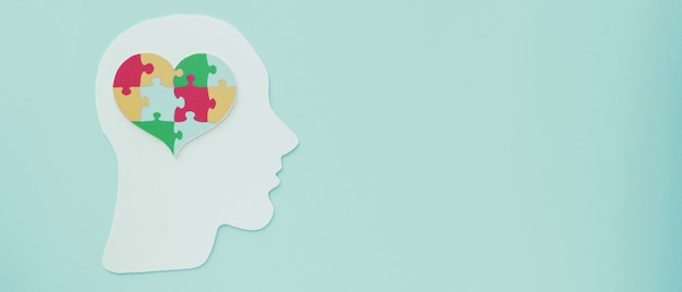 Układanka - serce na mózg, koncepcja zdrowia psychicznego, światowy dzień świadomości autyzmu