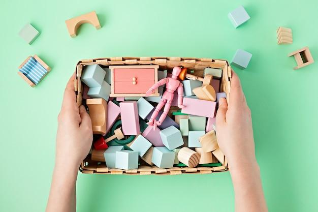 Układany na płasko z drewnianych klocków w pastelowych kolorach. przyjazne dla środowiska, bezodpadowe, bez plastiku, edukacyjne, neutralne pod względem płci zabawki dla dzieci. skopiuj miejsce, widok z góry