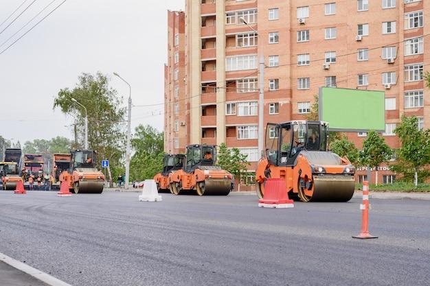 Układarki, wałki zbliżenie na roboty drogowe. naprawa dróg