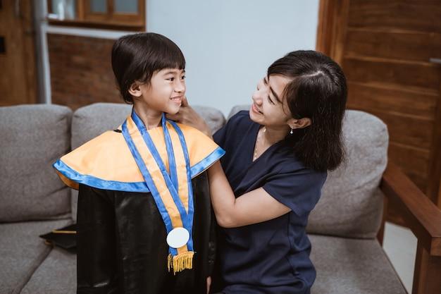 Ukończenie przedszkola azjatycka rodzina i rodzic w dniu ukończenia przedszkola?