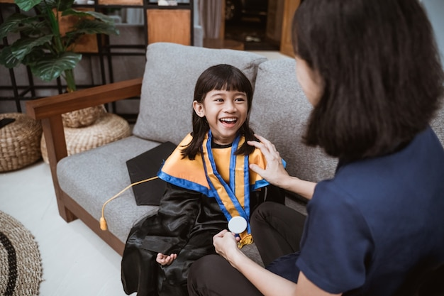Ukończenie przedszkola w azjatyckim rodzinnym dniu absolwenta przedszkola