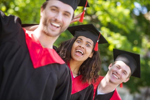 Ukończenie szkoły. grupa absolwentów czujących się szczęśliwymi i podekscytowanymi