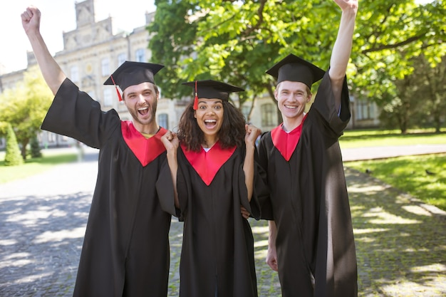 Ukończenie szkoły. grupa absolwentów wyglądających na szczęśliwych i podekscytowanych
