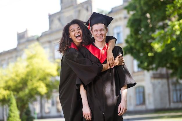 Ukończenie szkoły. studenci mają wspaniały dzień ukończenia studiów