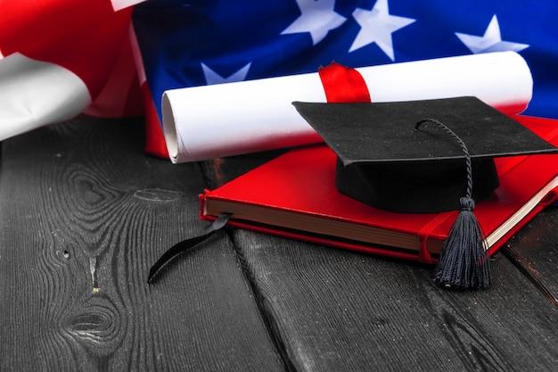 Ukończeniu kapelusz na flagi usa, koncepcja edukacji