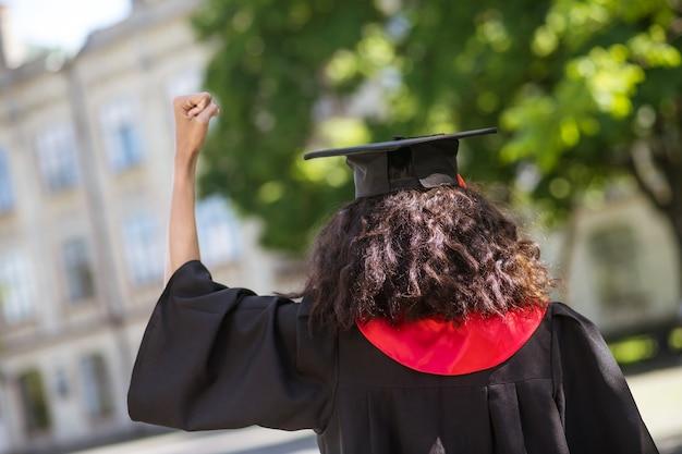 Ukończyć. Studentka Czuje Się Niesamowicie Po Ukończeniu College'u Premium Zdjęcia