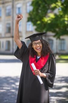 Ukończyć. studentka czuje się niesamowicie po ukończeniu college'u