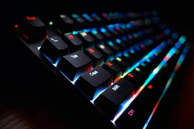 Ukośne futurystyczne klawisze klawiatury rgb z dramatycznym podświetleniem tła bokeh hd