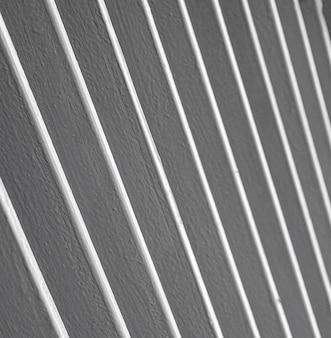 Ukośne linie ze stali nierdzewnej w tle