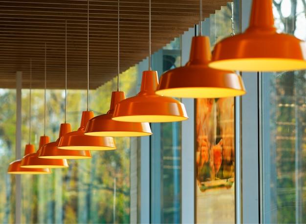 Ukośny rząd pomarańczowych lamp bokeh w tle
