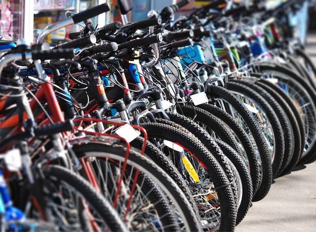 Ukośny rząd rowerów sportowych w tle aktywności