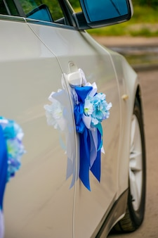 Ukraina, dnipro - wrzesień 29/2018: nowożeńcy dekorowali ślubnego samochód.