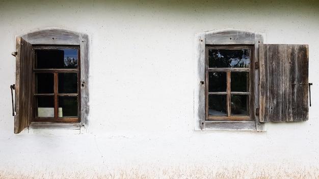 Ukraina, kijów - 11 czerwca 2020 r. stare okno w zabytkowym tradycyjnym domu chłopskim na ukrainie. zabytkowa drewniana rama okienna. muzeum narodowe pirogowo na świeżym powietrzu w kijowie. skopiuj miejsce.