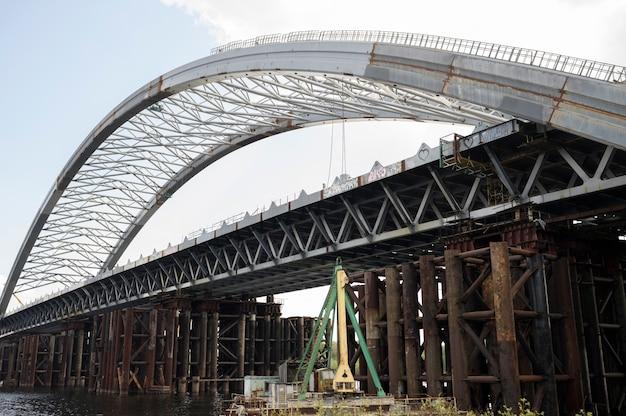 Ukraina, kijów, 24 kwietnia 2020 r., niedokończona droga nasypu mostowego kijów widok na dniepr
