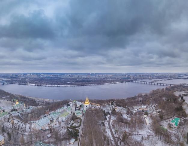 Ukraina. kijów. wczesna zima. pochmurny. miasto i rzeka dniepr. widok z lotu ptaka