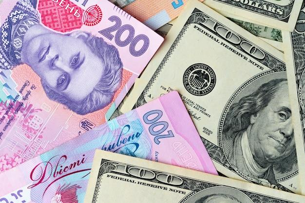 Ukraina pieniądze hrywna i banknoty w dolarach amerykańskich razem z bliska