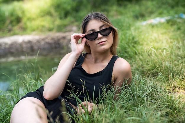 Ukraińska dama w swobodnym stroju ciesząca się wspaniałym weekendem nad jeziorem. wolność