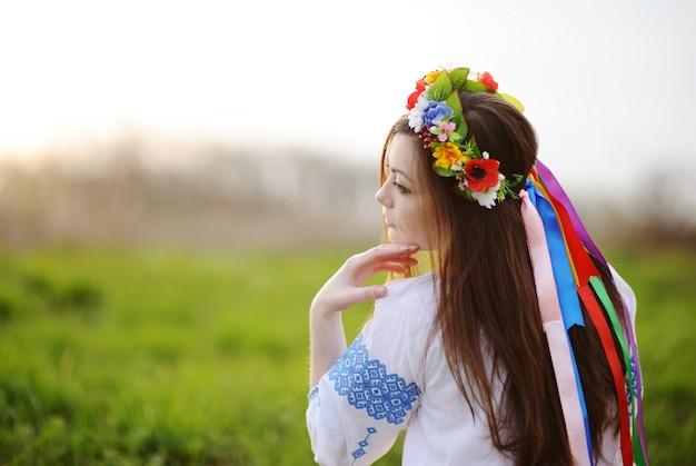 Ukraińska dziewczyna w koszuli i wieniec z kwiatów na głowie