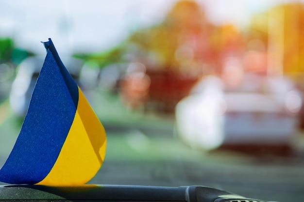 Ukraińska flaga na szybie wewnątrz samochodu