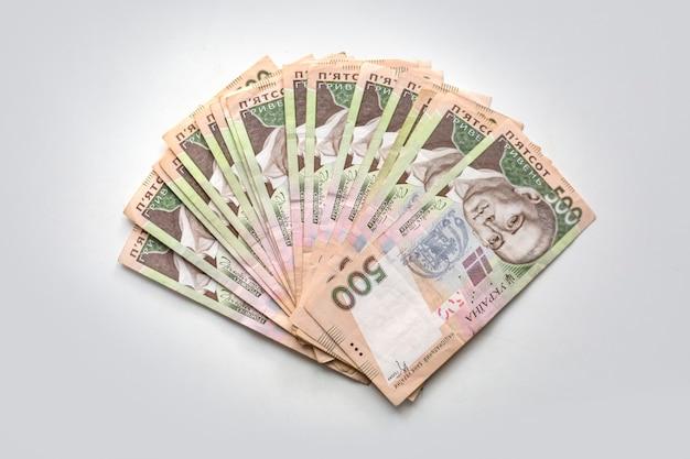 Ukraińska hrywna pieniędzy na białym tle waluta krajowa pięćset banknotów