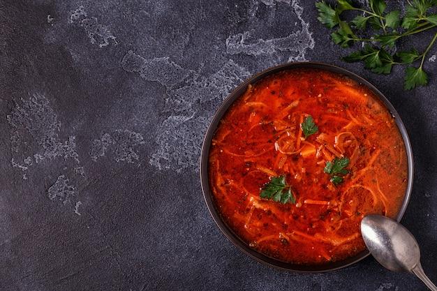 Ukraińska i rosyjska tradycyjna czerwona zupa
