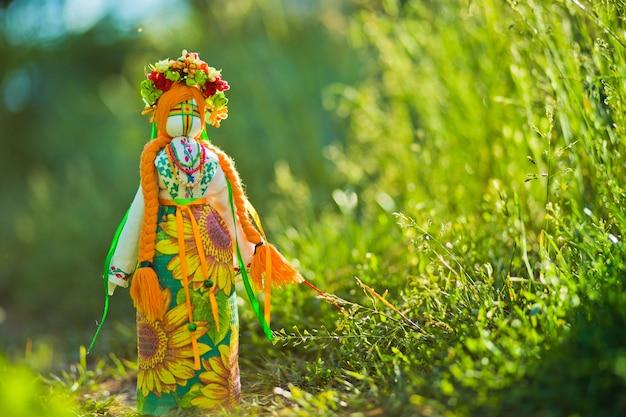 Ukraińska lalka-motanka lub szmaciana lalka. wypchane zabawki