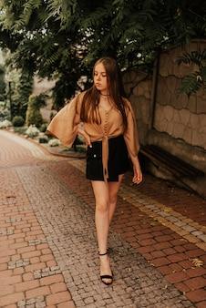 Ukraińska młoda kobieta w mini spódniczce plenerowej moda lato styl glamour