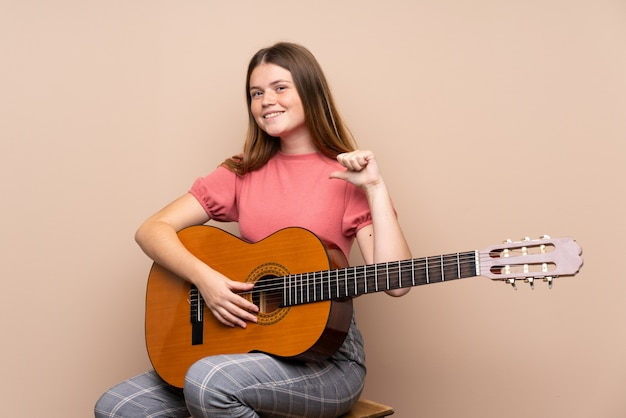Ukraińska nastolatka z gitarą na pojedyncze dumny i zadowolony z siebie