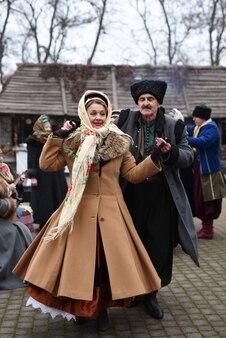 Ukraiński ludowy zespół pieśni i tańca w strojach ludowych
