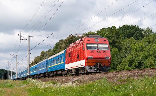 Ukraiński pociąg pasażerski w rejonie kijowa