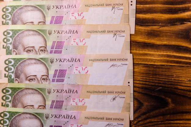 Ukraińskich banknotów pięćset hrywien na rustykalnym drewnianym stole. widok z góry