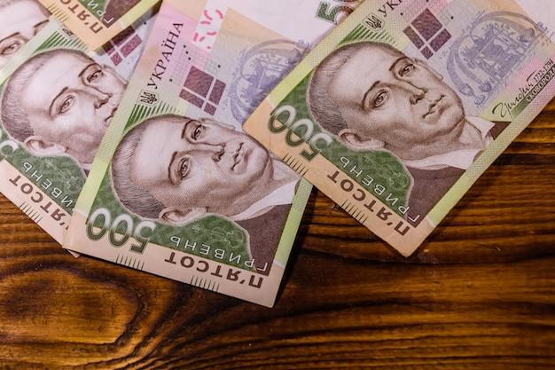 Ukraińskie banknoty pięćset hrywien na rustykalnym drewnianym stole