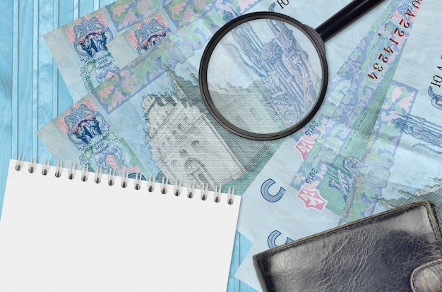 Ukraińskie hrywny rachunki i szkło powiększające z czarną torebką