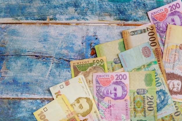 Ukraińskie pieniądze hrywny i węgierski forint banknotów w walucie krajowej.