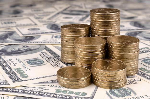Ukraińskie pieniądze leżą na wielu amerykańskich banknotach dolarowych