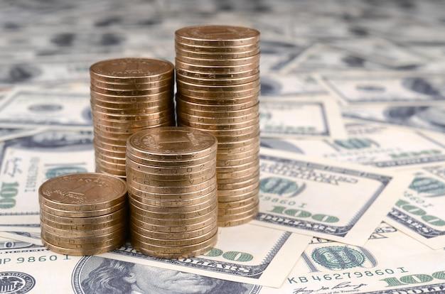 Ukraińskie pieniądze leżą na wielu dolarach amerykańskich