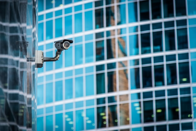 Ukryta kamera nadzoru zainstalowana na budynku