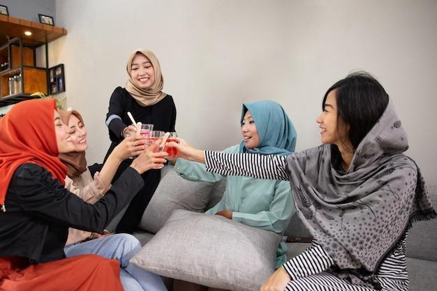 Ukryte kobiety piją okrzyki, gdy przerywają post