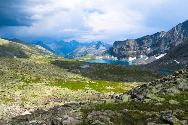 Ukryty niebieski widok na jezioro alla-askyr