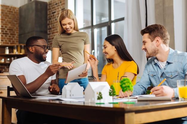 Ulepszanie materiałów. czterech zainspirowanych, kreatywnych, zadumanych uczniów omawia błędy i decyduje, jak je poprawić