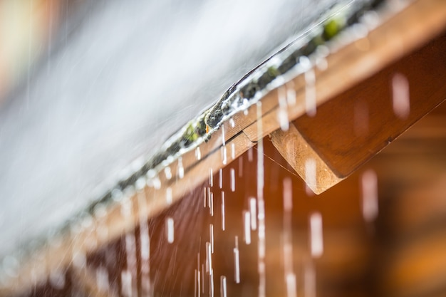 Ulewa w letniej burzy i krople deszczu na dachu.