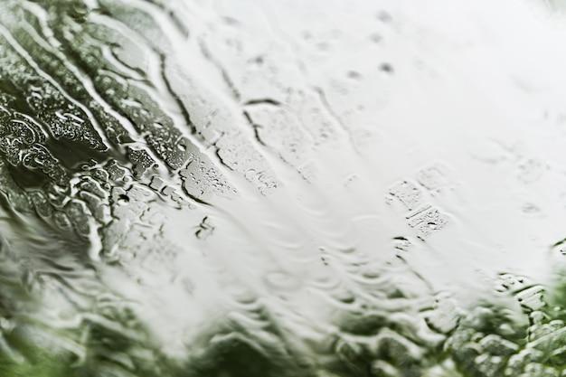 Ulewny deszcz tło, raindrops na nadokiennym szkle outdoors