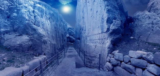 Ulga dwunastu bogów w yazilikaya w hattusa, starożytnej stolicy cywilizacji hetyckiej - corum, turcja
