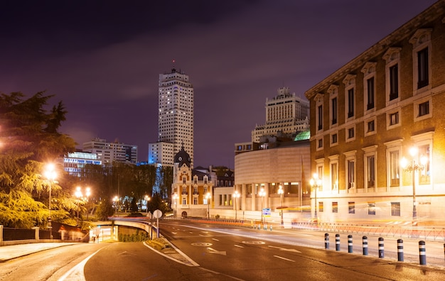 Ulica bailen i plac hiszpański w nocy