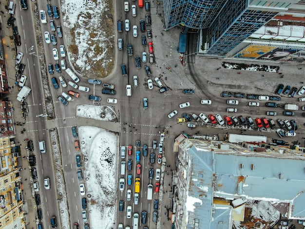 Ulica dużego miasta z lotu ptaka