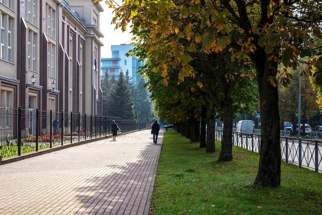Ulica kaliningradu jesienią, chodnik i piękny budynek.