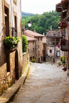 Ulica katalońskiego miasta w pyrenees