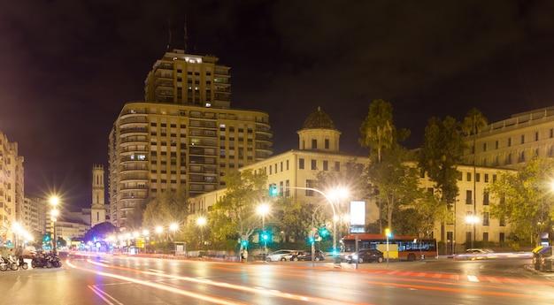 Ulica miasta w nocy. walencja, hiszpania